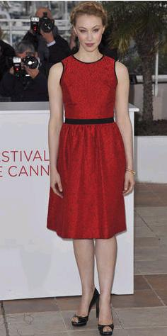 sar1 Sara Gandon en Cannes 2012: Un look discreto y favorecedor